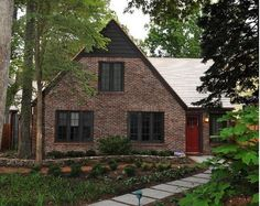 trendy Ideas for exterior brick colors scheme dark trim Exterior Color Schemes, Exterior Trim, Exterior House Colors, Exterior Design, Exterior Paint, Brick House Designs, Brick Design, Bungalow Designs, Brown Brick Houses