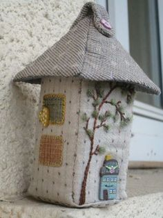 Fabric house - Les Tresors de Siassiou With a brick inside this would be a great door stopper Fabric Boxes, Fabric Scraps, Sewing Crafts, Sewing Projects, Felt House, Japanese Patchwork, House Quilts, Miniature Houses, Miniature Dolls