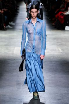 Christopher Kane Fall 2020 Ready-to-Wear Fashion Show - Vogue Christopher Kane, Runway Models, Top Models, Vogue Paris, Denim Fashion, Runway Fashion, London Fashion, Fashion Oops, Patchwork Dress
