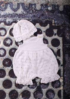 Den yndigste og mest bedårende lille babydragt med hue strikket med et virkelig smukt hulmønster. Dette sæt vil gøre hvilken
