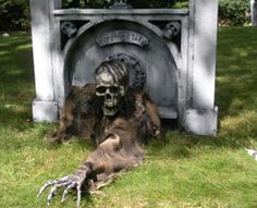 Spooky Halloween prop tutorials - more advanced than the typical selection. Halloween Outside, Halloween Graveyard, Scary Halloween Decorations, Outdoor Halloween, Halloween Projects, Holidays Halloween, Spirit Halloween, Diy Halloween Tombstones, Halloween Crafts