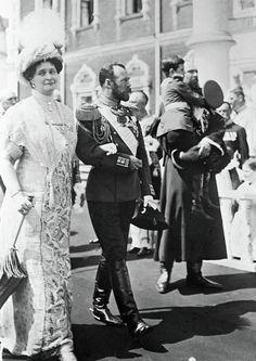 Nicolas II accompagné de son épouse Alexandra Féodorovna et du prince Alexis lors des fêtes en 1913 à Kostroma.