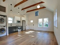 This detached ADU in the Woodlawn neighborhood is one of Portland's most popular Airbnbs. It boasts modern finishes and soaring ceilings. Garage Apartment Interior, Garage Studio Apartment, Above Garage Apartment, Studio Apartment Floor Plans, Studio Apartment Decorating, Garage Apartments, Apartment Plans, Backyard Guest Houses, Garage Guest House