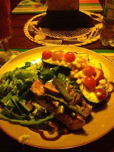 Tacos de pepino con atún, manzana, tomate y mazorca.  Con ensalada de hojas verdes y salmón con espárragos asados.
