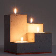 Dieser handgegossene Kerzenständer für vier Teelichter (Durchmesser 41mm, auch elektrische Teelichter) verschönert das ganze Jahr unaufdringlich ihre Wohnung/ Büro etc.  Da die Gußform in...