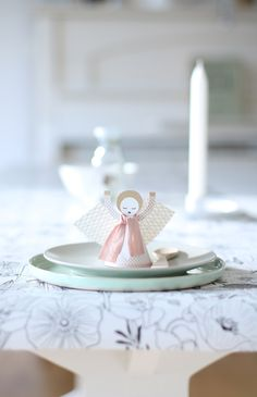 Table setting ideas: Himli angels as table cards, you can even give them a warm scarf, made from a left over piece of ribbon. I used my home designed black and white gift wrapping paper as a table runner.