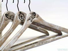 Nanterre II- komplet trzech oryginalnych wieszaków, malowane i ozdabiane ręcznie. Wieszaki wykonane w pojedynczych egzemplarzach. Wielokrotnie lakierowane satynowym lakierem.