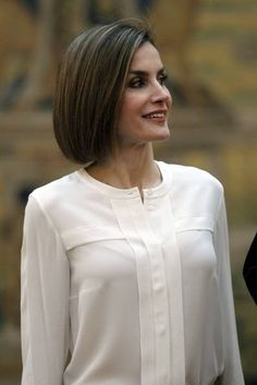 Queen Letizia of Spain and King Felipe VI of Spain attend a meeting with members of 'Princesa de Asturias' foundation at El Pardo Royal Palace on June 2015 in Madrid, Spain. Kurti Neck Designs, Dress Neck Designs, Blouse Designs, Hijab Fashion, Fashion Dresses, Queen Letizia, Blouse Outfit, Mode Hijab, Royal Fashion