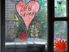 Під'їзд ямпільської багатоповерхівки прикрасили дитячі малюнки http://yampil.info/archives/23570.html  Діти розмалювали вікна п'ятиповерхівки, чим неабияк порадували батьків та сусідів Оцінити дитячий креатив маємо змогу і ми з вами…