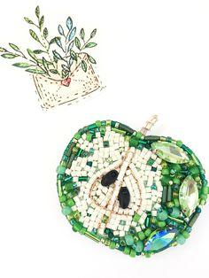 Брошь Яблоко из бисера. Embroidered bead brooch apple