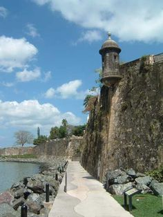 Paseo del Morro - Romantic Walk - Views across the bay, breezes from the Atlantic Ocean and views from the bottom of massive stone walls - 3/4 mi one way walk follows the city wall to below the Morrow fort. Cats are protected by the Parks Dept. Open 6AM-10PM daily. Start walk at San Juan gate