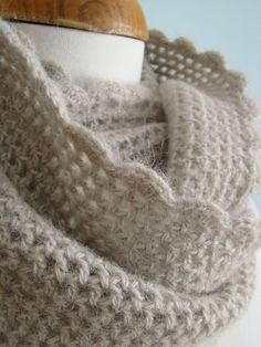 a simple cowl pattern but imagine in a super soft yarn. My count 24 rows wide, 326 chain sts. Grannies Crochet, Col Crochet, Crochet Mignon, Crochet Patron, Crochet Motifs, Crochet Shawl, Crochet Stitches, Crochet Scarves, Crochet Clothes