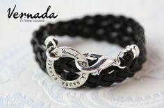 Vernada Design -nahkakäsikoru ELÄ. NAURA. RAKASTA. -renkaalla, musta punottu. #Vernada #jewelry #bracelet #wraparound #leather #suomestakäsin #finnishdesign