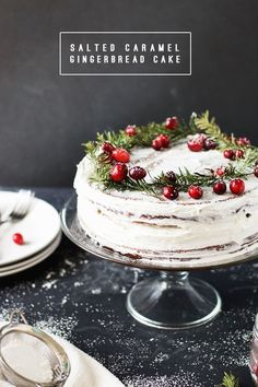christmas cake Make this Salted Caramel Gingerbread Cake with Orange Buttercream as a decadent dessert for a special occasion. Its perfect for holiday parties or birthdays. Christmas Sweets, Christmas Cooking, Noel Christmas, Homemade Christmas, Christmas Cake Decorations, Chocolate Christmas Cake, Mini Christmas Cakes, Summer Christmas, Italian Christmas