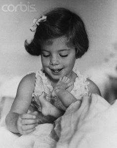 Caroline and JFK Jr. look at those little toes. Les Kennedy, John Kennedy Jr, Caroline Kennedy, Jfk Jr, Sweet Caroline, Familia Kennedy, John Junior, John Fitzgerald, Marie