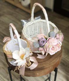 Wedding Gift Baskets, Diy Gift Baskets, Wicker Picnic Basket, Some Bunny Loves You, Diy Craft Projects, Crafts, Spring Design, Flower Girl Basket, Basket Decoration
