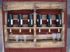 Botellero de pared con estante para copas hecho con un palet de madera