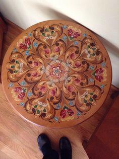 Rosemaled tip table