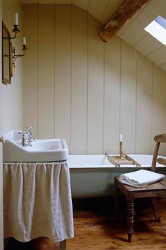Country bathroom ideas, from getting the modern country look, to traditional cottage bathroom decor, tiling and vanities. Interior design pictures and inspiration. Cottage Bathroom Decor, Zen Bathroom, Modern Bathroom, Bathroom Ideas, Bathroom Vanities, Minimalist Bathroom, Bathroom Pictures, Glass Bathroom, Bathroom Shelves