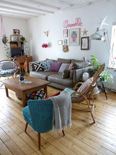 salon vintage, fauteuil coktail, fauteuil rotin, origami, fauteuil acapulco, lampadaire inox, salon rose et bleu