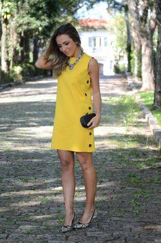 Lala Noleto, vestido amarelo, sapatilha estampada