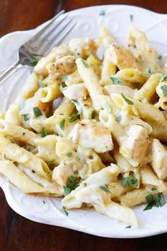 You GUYS. This Creamy Salsa Verde Chicken Pasta is out of this world! Salsa verde and gooey pepper jack cheese kick this chicken pasta over the top. I seriously cannot get over it. It is so ultra creamy and cheesy! Pasta Recipes, New Recipes, Chicken Recipes, Dinner Recipes, Cooking Recipes, Favorite Recipes, Healthy Recipes, Casseroles Healthy, Tortellini Recipes