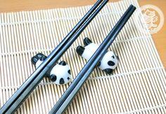 Un set de 2 repose-baguettes en forme de panda très adorable! Une décoration superbe pour illuminer votre soirée de cuisine asiatique :D Bon appétit! - boutique kawaii en ligne chezfee.com