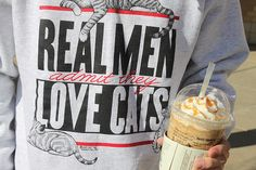 real men admit they love cats seguro que a john frusciante le gustaria la camiseta