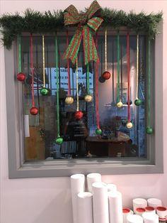 Inspiring Diy Christmas Door Decorations Ideas For Home And School 09 Diy Christmas Door Decorations, Christmas Crafts, Photobooth Ideas, Ideas Decoracion Navidad, Christmas Photo Booth, Photobooth Christmas, Christmas Window Display Home, Christmas Windows, Diy Weihnachten