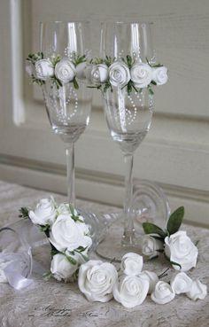 Bride And Groom Glasses, Wedding Wine Glasses, Wedding Champagne Flutes, Wedding Bottles, Champagne Glasses, Decorated Wine Glasses, Painted Wine Glasses, Wine Glass Crafts, Bottle Crafts