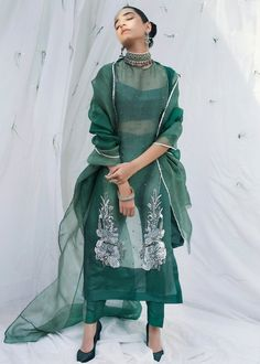 Dress Indian Style, Indian Fashion Dresses, Pakistani Dresses, Fashion Outfits, Pakistani Clothing, Abaya Style, Pakistani Bridal, Indian Bridal, Women's Fashion