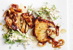 Schweinssteaks mit Balsamicozwiebeln und Apfel-Rahm-Salat