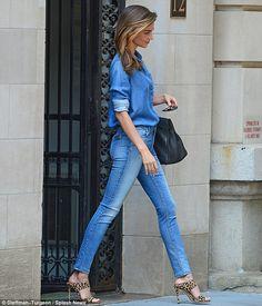 Miranda Kerr: denim shirt, jeans – Citizens of Humanity, print mules heels Denim Fashion, Look Fashion, Womens Fashion, Fashion Trends, Fashion Details, Street Fashion, Spring Look, Spring Summer Fashion, Look Camisa Jeans