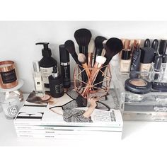 Makeup organization play a critical role. Not only it helps us see our stuff easily, but, it also allows us to become more efficient. No problem - everything's in its place. Below is an image of my ideal vanity room / makeup table,. Makeup Goals, Makeup Inspo, Makeup Inspiration, Makeup Tips, Beauty Makeup, Diy Makeup, Makeup Blog, Drugstore Makeup, Makeup Ideas