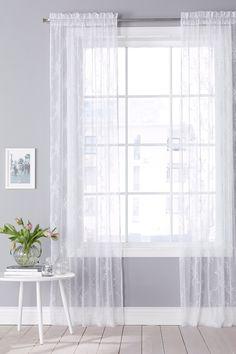 Läpikuultava, kevyt pitsikangas polyesteriä. Pesu 40°. Kuja yläreunassa. Leveys 120 cm. 2 pituutta: 160 ja 220 cm. Ilmoita koko tilatessasi. <br><br>100% polyesteriä<br>Pesu 40°