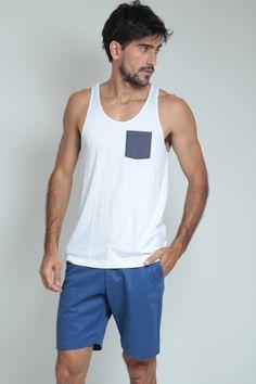 Moda Para Homens: Regata branca com bolso Azul marinho de poa branco.