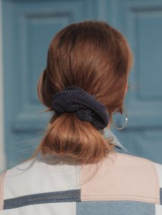 Chouchou velours côtelé bleu marine - Erika Chouchou velours côtelé bleu marine - Erika – Scrunchie is back Trending Hairstyles, Messy Hairstyles, Pretty Hairstyles, Hairstyle Ideas, Corte Y Color, Grunge Hair, Hair Day, Fall Hair, Gorgeous Hair
