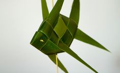 http://coconutweavingpatterns.blogspot.com.au/2013/12/3-leaf-ball-2-weave.html?view=flipcard
