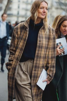 Paris Fashion Week is in full swing. See the best Paris Fashion Week street style from the shows circuit. All the Paris fashion week street style inspiration you need from the shows at PFW. Look Fashion, Paris Fashion, Trendy Fashion, Womens Fashion, Fashion Tips, Fall Fashion, High Fashion, Street Style 2018, Street Chic