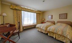#8 Pavillon Maison canadienne (salon commun avec foyer). Chambre régulière de style champêtre avec 1 lit King ou deux lits simples. Salle de bain complète et baie window