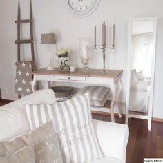 olohuone,sivupöytä,valkoinen sohva,olohuoneen pöytä,tekokukka Decor, Living Room, Furniture, House Design, Interior, Vanity, Beach Cottages, Home Decor, Coastal Style
