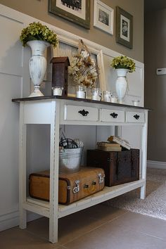 I have a big collection of DIY entry table ideas to make your entryway perfect. The table ideas which will inspire you to make entry tables. Country Girl Home, Country Style, Modern Country, Country Farmhouse, Modern Rustic, Modern Farmhouse, Decoration Hall, Table Decorations, Entry Tables