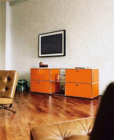 USM Zuhause I Wohnen I USM Haller Sideboard im Wohnzimmer (mit zwei Ausziehtüren, zwei Klapptüren und zwei Glastüren).