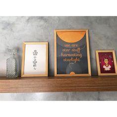 Essa composição linda com os pôsteres 'Noite e Dia' 'Star Stuff' e 'Frida Kahlo' encostados na prateleira é do estúdio Koulè Design Afetivo (@koule.designafetivo).  Nós adoramos as cores e a ideia de usar três tamanhos diferentes de pôsteres - A4 (21x30cm) A3 (30x42cm) e A5 (15x21cm).  Fica a dica para a sua próxima composição!  - #nacasadajoana #abaixoasparedesvazias #nacasadetodomundo #koulè #poster #posters #quadros #design #deciração #sagan #carlsagan #fridakahlo