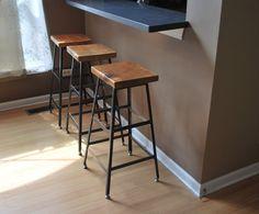 Tabouret d'atelier est parfait pour n'importe quel espace moderne ou industriel. Notre plateau en bois récupéré et tabouret base en acier est un modelé après un tabouret industriel. Fait à Chicago. Nous faisons ces en trois hauteurs différentes et avec le dos. Le plateau en bois