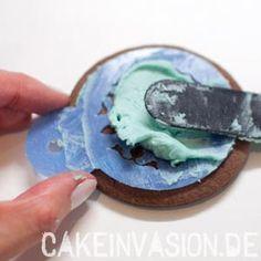Creme auf Schablone verstreichen #Tortendekorieren #Shia #CakeInvasion #Bollywood #Cookies #Plätzchen