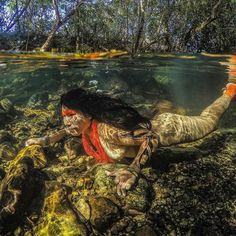 Akuku Kamaiur during a diving in the So Miguel river, Chapada dos Veadeiros, state of Gois, Brazil (Picture: Ricardo Stuckert) Native American Beauty, Native American Indians, People Around The World, Around The Worlds, Amazon People, Motifs Aztèques, Ghost Bride, Xingu, Foto Transfer