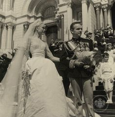 Prince Rainier and Princess Grace of Monaco are pictured outside Saint Nicholas Cathedral after their religious wedding ceremony. Prince Rainier, Princess Mary, Princess Wedding, Wedding Bride, Wedding Ceremony, Princesa Grace Kelly, Grace Kelly Wedding, Famous Wedding Dresses, Royals