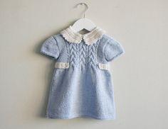 Vestido de niña tejido a mano en algodón. celeste