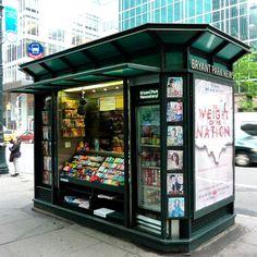 Небольшой киоск по продаже газет и журналов округлой формы
